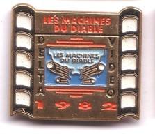 K153 Pin's Delta Vidéo Cinéma Film Movie Les Machines Du Diable Bikers Moto Achat Immédiat - Cinéma