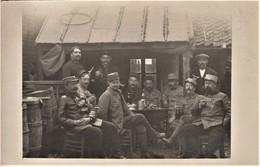 Rare Photo Carte Groupe De Poilus Dans Gourbis De Deuxième Ligne 10 Aout 1915 - 1914-18