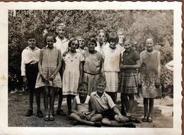Photo Originale Scolaire Groupe D'écoliers Mixtes Dans La Cour De Récréation En 1932 - Anonyme Personen