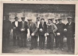 Rare Photo Pas Carte 6 X 8.5 Cm Hommes Jouant Aux Boules Ou Quilles à St Michel En L'Herm - Saint Michel En L'Herm