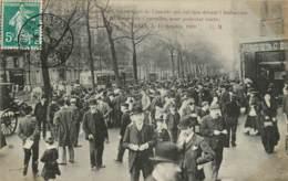FOULE CONTEMPLANT LES VESTIGES DE L'EMEUTE DEVANT L'AMBASSADE D'ESPAGNE POUR PROTESTER CONTRE L'EXECUTION DE FERRER 1909 - Demonstrations
