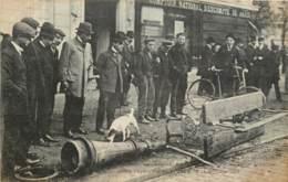 FOULE CONTEMPLANT LES VESTIGES DE L'EMEUTE DEVANT L'AMBASSADE D'ESPAGNE POUR PROTESTER CONTRE L'EXECUTION DE FERRER 1909 - Manifestations