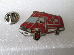 PIN'S   POMPIERS   RENAULT  MASTER   Email G F - Firemen