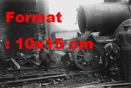Reproduction D'une Photographie Ancienne De Cheminots Remettant Sur Rail Un Train Accidenté En 1912 - Reproductions
