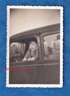 Photo Ancienne Snapshot - Petit Garçon à L'avant D'une Automobile - Citroen ? - Enfant Volant Pose Humour Funny - Automobiles
