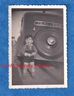 Photo Ancienne Snapshot - Petit Garçon à L'arriere D'une Automobile - Citroen ? - Enfant Coffre Roue Humour Funny - Automobiles