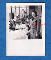 Photo Ancienne Snapshot - Petit Garçon Malade En Convalescence - Statue De La Vierge Priere Femme Maman Enfant - Photos