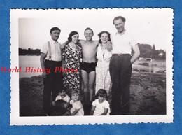 Photo Ancienne Snapshot - Portrait De Famille Avec Jeune Homme Torse Nu - Garçon Fille Femme Enfant Mode - Photos