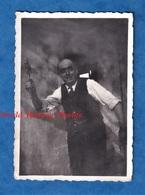 Photo Ancienne Snapshot - Portrait D' Un Homme , Un Marteau Ou Une Hache à La Main ?- Ouvrier Atelier Outil Humour Funny - Métiers