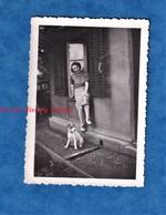 Photo Ancienne Snapshot - Beau Portrait D'une Femme & Son Petit Chien - Race à Identifier - Mode Pose Fille Jupe Robe - Photos