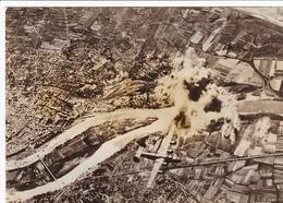 PHOTO DE PRESSE ORIGINALE 19 AOUT 1944 VAUCLUSE LE PONTET AVIONS B-24 LIBERATOR BOMBARDENT LES DÉPÔTS D ESSENCE ALLEMAND - Guerre, Militaire