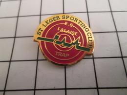 816b Pin's Pins / Beau Et Rare / THEME : SPORTS / CLUB DE TIR BALL-TRAP ST LEGER SPORTING CLUB FALAISE - Pin's