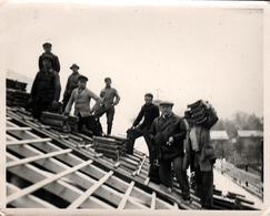 Photo Originale Bâtiment - Groupe De Couvreurs & Charpentiers Sur Le Toit à La Mise En Place Des Tuiles Vers 1930/40 - Professions