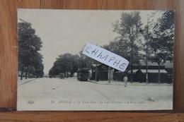 ARCUEIL - LA VACHE NOIRE - LA ROUTE D ORLEANS A LA VACHE NOIRE - TRAMWAY - STATION DE TRAMWAY - PETITE ANIMATION DE RUE - Arcueil