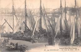 17 - La Rochelle - Un Coin Du Port Animé - Voiliers à Quai - Vente Du Poisson - La Rochelle