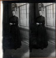 Photo Carrée Stéréo Originale Portrait De Femme Mûre En Studio 1890/1900 - Anciennes (Av. 1900)