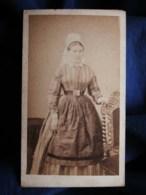 Photo CDV Ch. Neümann à St Jean D'Angely - Second Empire Femme à La Coiffe Et Tablier, Circa 1865 L494 - Anciennes (Av. 1900)