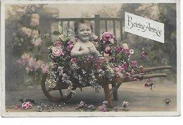 L06C062 - Bonne Année - Bébé Dans  Une Brouette Pleine De Fleurs  - Croissant N°3554 - Nouvel An