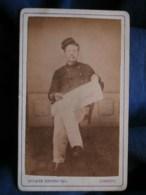 """Photo CDV  Tiennot à Lorient  Militaire  Infanterie Coloniale Assis Lisant Journal """"Le Rappel"""" CA 1875 - L493 - Old (before 1900)"""