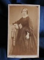 Photo CDV  Rideau à Cherbourg  Jeune Femme (Pauline Le Flour) Dents Visibles  Sec. Empire  CA 1865 - L493 - Old (before 1900)