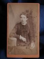 Photo CDV  Cailloué à Lorient  Femme Assise  Robe Avec Des Fronces  CA 1875-80 - L493 - Old (before 1900)