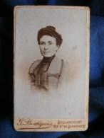 Photo CDV  Bourgeois à Billancourt  Portrait Femme Souriante  Robe à Petits Carreaux  CA 1890 - L493 - Old (before 1900)