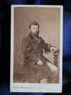 Photo CDV Beckers à Besançon  Homme Assis Portant Une Redingote  Sec. Empire  CA 1865 - L493 - Old (before 1900)