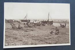 Carte Postale La Panne De Panne Repos à La Plage Rust Op Het Strand - De Panne