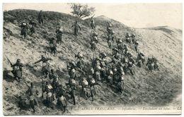 L'ARMÉE FRANÇAISE  Infanterie Escaladant Un Talus - Dos Vert Non écrite - Régiments