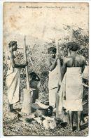 MADAGASCAR * Femmes Bara Pilant Le Riz ( Rousseurs Visibles Sur Scans) - Madagascar
