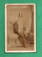 Photographie  XIXeme D' Un Cocher De Fiacre En Livrée Et Long Fouet Photo  Dupont Abbeville (format CDV  6,4cm X 10cm ) - Photos