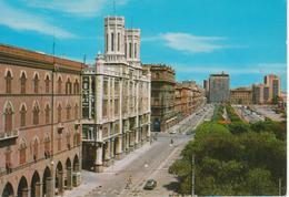 CAGLIARI - PALAZZO COMUNALE E VIA ROMA ANIMATA - AUTO D'EPOCA CARS VOITURES - NON VIAGGIATA - Cagliari