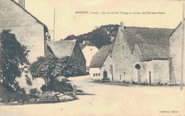 J80 - 39 - MIREBEL - Jura - Le Centre Du Village Et Ruines Du Château Féodal - Autres Communes