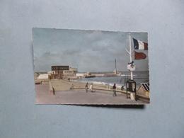 COURSEULLES  -  14  -  La Digue Et L'entrée Du Port  - Calvados - Courseulles-sur-Mer