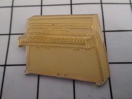 816c Pin's Pins / Beau Et Rare / THEME : MUSIQUE / PIANO BLANC DROIT - Musique