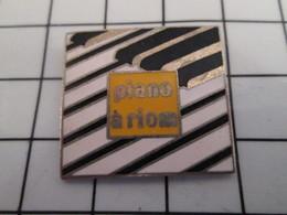 816c Pin's Pins / Beau Et Rare / THEME : MUSIQUE / PIANO A RIOM AUVERGNE - Musique