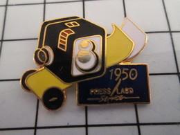 816c Pin's Pins / Beau Et Rare / THEME : PHOTOGRAPHIE / APPAREIL PHOTO 1950 PRESS LABO SERVICE - Photographie