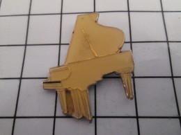 816c Pin's Pins / Beau Et Rare / THEME : MUSIQUE / PIANO BLANC A QUEUE - Navidad