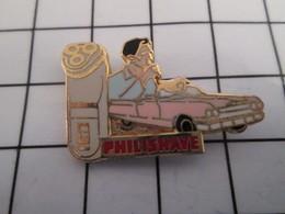 816c Pin's Pins / Beau Et Rare / THEME : ARTHUS BERTRAND / RASOIR ELECTRIQUE PHILISHAVE VOITURE AMERICAINE ROSE - Arthus Bertrand