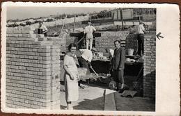 Photo Originale Suivi De Chantier, Maçons Montant Des Rangs De Briques Vers 1940/50, Bâtiment, Construction Maison - Professions