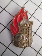 816c Pin's Pins / Beau Et Rare / THEME : POMPIERS / CASQUE F1 TOUR TETE D'ANE - Firemen
