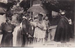 250856Lourdes, Monseigneur Dans La Rue De La Grotte 1908 - Lourdes