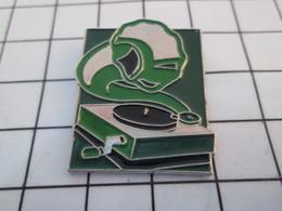 716a Pin's Pins / Beau Et Rare / THEME : MUSIQUE / GRAMOPHONE A MANIVELLE Pour HEINEKEN - Musique