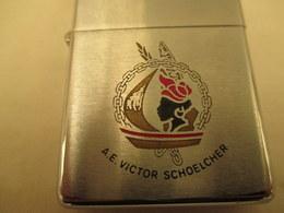Briquet Zippo  Bradford  - Victor Schoelcher  Tres Bon Etat - Armes Neutralisées