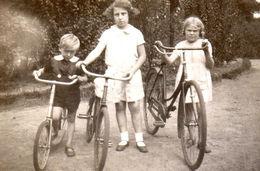 Jeunes Enfants à Vélos Et Trotinette Circa 1920 - Ciclismo