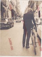 Au Plus Rapide Johnny Hallyday à Vélo Dans Les Rue De Marseille Citroën 3 Cv Peugeot 404 Taxi - Célébrités