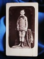 Photo CDV  Tresorier à Toulon  Jeune Garçon Debout Sur Une Chaise  Gros Noeud Autour Du Cou  1880- L494A - Photos