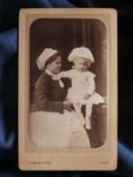 Photo CDV  Castex à Auch  Gouvernante Avec Un Bébé Assis Sur Une Table Portant Une Charlotte  CA 1875 - L494A - Anciennes (Av. 1900)