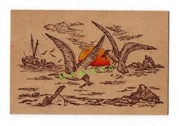 CARTE EN BOIS - CREATION ARTISANALE - ILLUSTRATEUR THIRY - BATEAU DE PECHE - MOUETTE AVEC POISSON DANS SON BEC - Cartes Postales