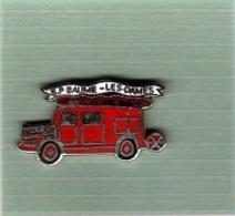 Pin's  Ville, Sapeurs  Pompiers  De  BAUME - LES - DAMES  ( 25 ) Camion  Rouge - Firemen